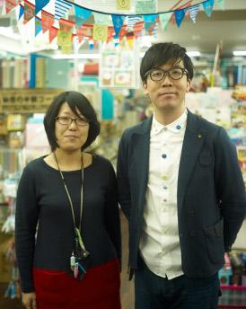 店長の青木さん(右)と湯本さん(左)。 二人が店舗とお客さまをつなぐお店の顔となっている。 商品のセレクトや企画コーナー等、常にお店が フレッシュなようにアイデアを出し合っている。